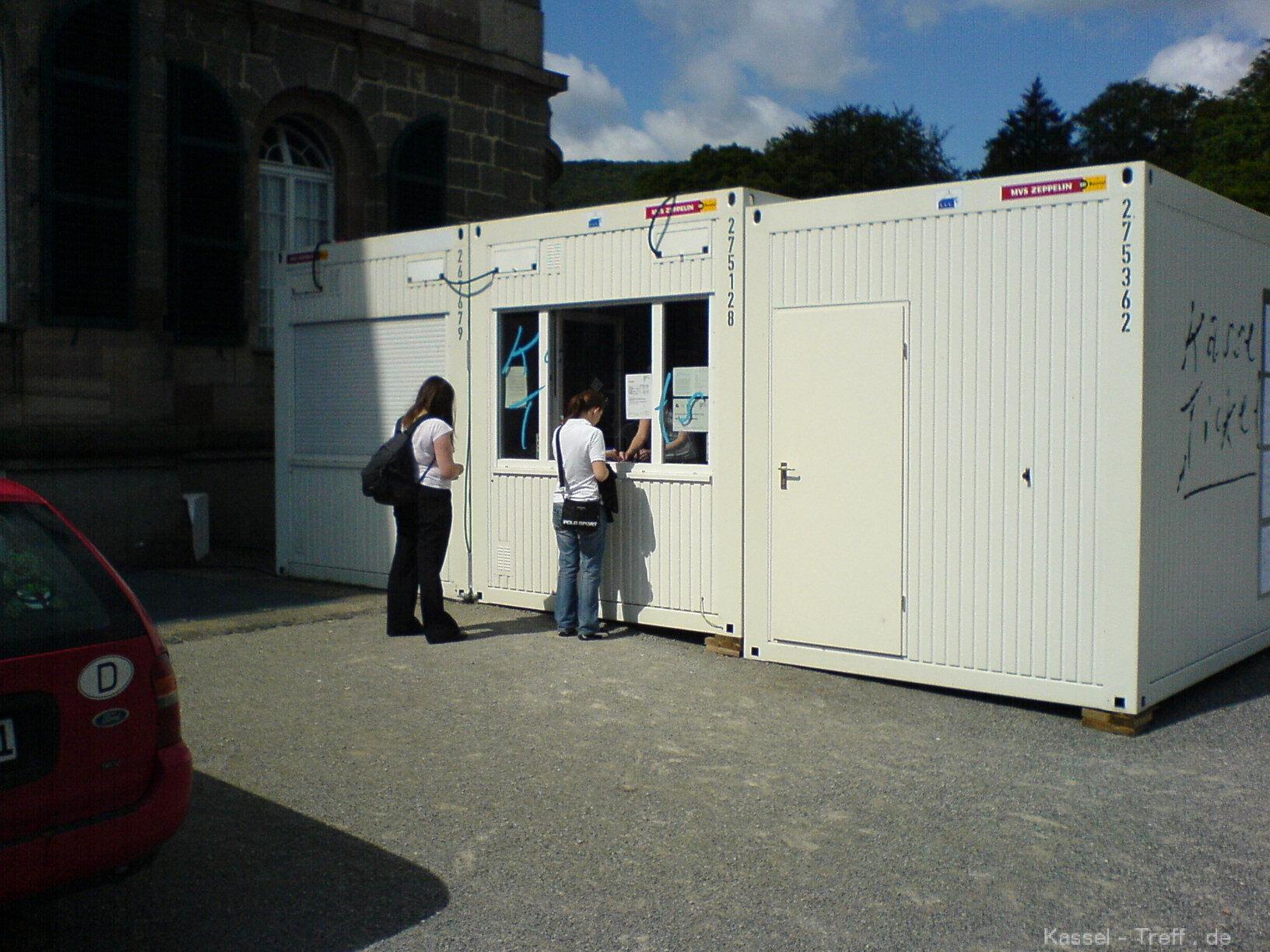 kartenverkauf-zur-documenta-12-am-containe-2.JPG