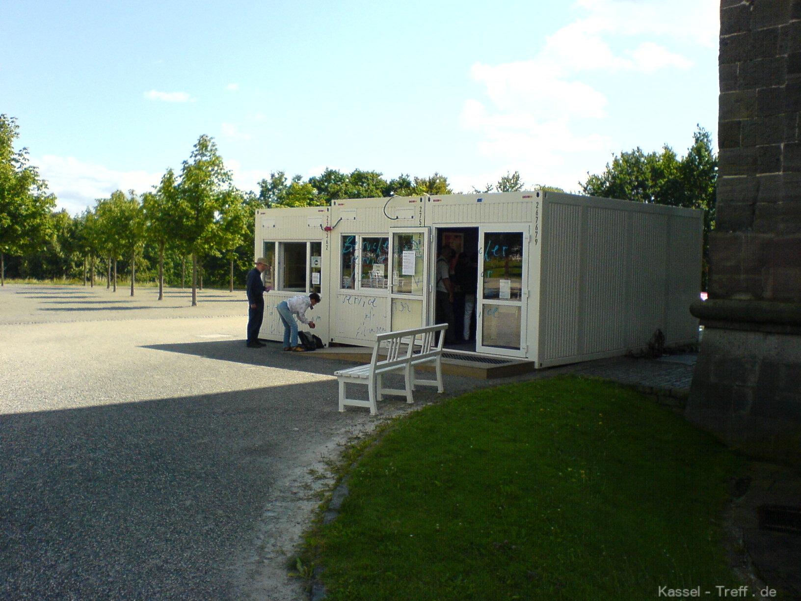 kartenverkauf-zur-documenta-12-am-container.JPG